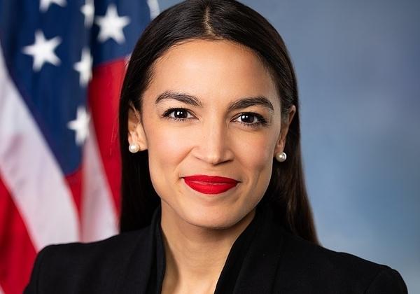 אלכסנדריה אוקסיו-קורטז, חברת הקונגרס האמריקני, נציגת המפלגה הדמוקרטית מטעם המחוז ה-14 של ניו יורק. צילום מתוך וויקיפדיה