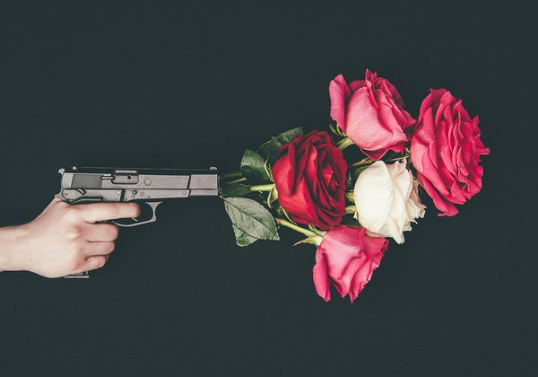 שילוב מנצח של רובים ושושנים. גאנז אנד רוזס. צילום אילוסטרציה: BigStock