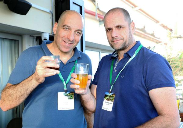 מרימים כוסית, או כוס: דורון סהר (מימין) ועמית לוי מאוברליין. צילום: ניב קנטור