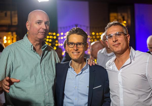 """מימין לשמאל: זיו אברמוביץ, סמנכ""""ל פיתוח קבוצת אמן, בן פסטרנק, מנכ""""ל קבוצת אמן, אילן רביב, מנכ""""ל מיטב דש. צילום: ניר אלון"""