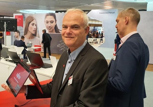 """החיוך שפוך על פניו של רענן ביבר, מנכ""""ל פוג'יטסו מינכן, האוחז בטבלט קונברטיבל קל משקל במיוחד, קילו משקלו. צילום: פלי הנמר"""