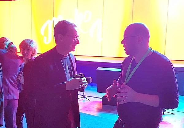 """כתב אנשים ומחשבים, עופר פרוסנר, עם מנכ""""ל VMware, פט גלסינגר. צילום: עופר פרוסנר"""