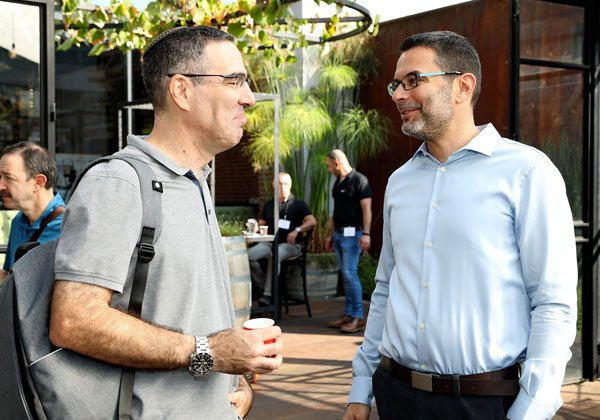 """מימין: תומר שרון, מנכ""""ל אואזיס; ואמיתי יצקוביץ', מנהל IT ב-ווטר ג'ין . צילום: ניב קנטור"""