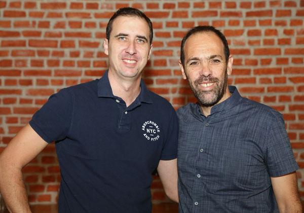 """מימין: עמוס רוזנבוים, סמנכ""""ל הטכנולוגיות של אואזיס; ועמי לובטון, מנהל תקשורת ואבטחת מידע בטליט. צילום: ניב קנטור"""