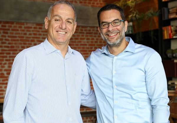 "מימין: תומר שרון, מנכ""ל אואזיס; ואלון ברמן, מנכ""ל אריקסון ישראל. צילום: ניב קנטור"