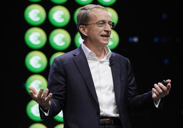 """פט גלסינגר, מנכ""""ל VMware העולמית על הבמה המרכזית ביום הראשון לכנס. צילום: ג'ק מורטון"""
