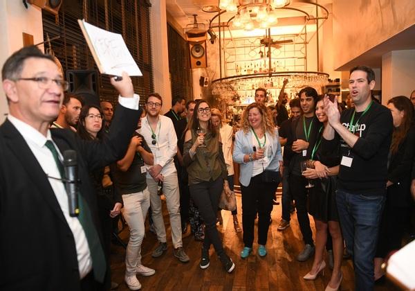 משתתפי הערב בתמונה קבוצתית עם ליאור מנור. צילום: רוני הרמן