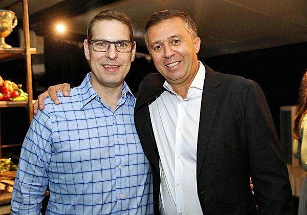 מימין: יורם אלול, מנהל פעילות BMC בישראל ובמזרח אירופה; וירון סברדלוב, מנכ״ל אמדוקס Smart Ops. צילום: ניב קנטור