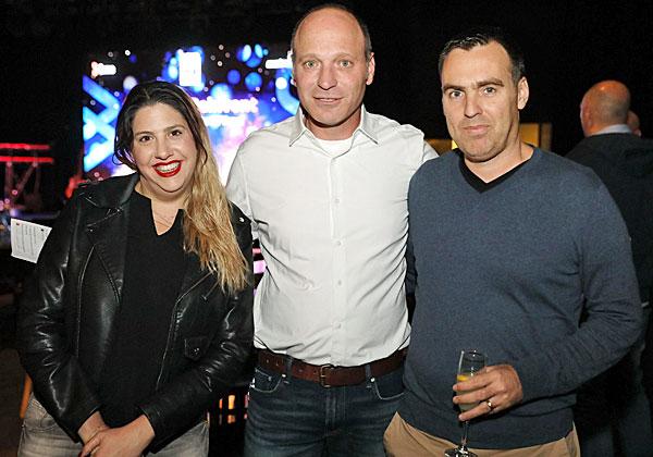 בתמונה: שי וייס, מנהל הפיתוח של טבע פרמצבטיקה - מימין, רעייתו - משמאל, וביניהם אלון כרמלי, מנהל אזור BMC ישראל, צ'כיה והונגריה. צילום: ניב קנטור
