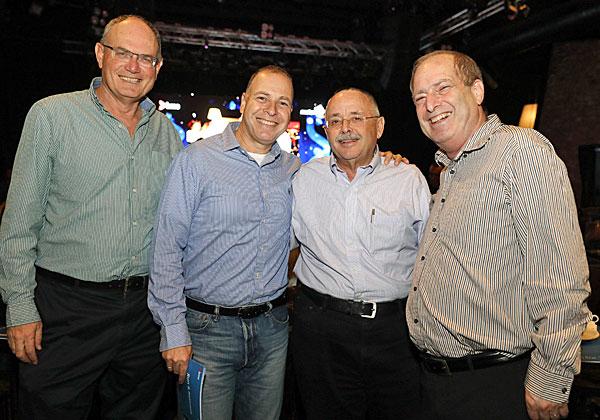 מימין: רן שמואלי, מנהל הרכש של בנק הפועלים; אפרי אקרלינג, מנהל הרכש של מגדל; יגאל שחק, מנהל פעילות BMC במטריקס; ויונה בקלצ'וק ממטריקס. צילום: ניב קנטור