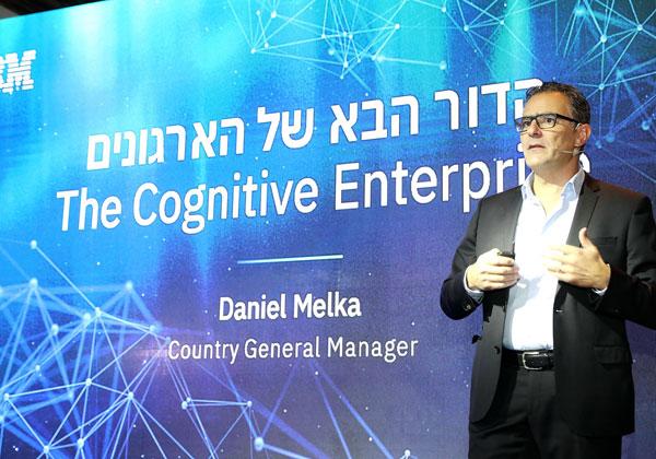 """דניאל מלכה, מנכ""""ל יבמ ישראל, על הבמה, מדבר על הדור הבא של הארגונים, לפי הענק הכחול. צילום: ניב קנטור"""