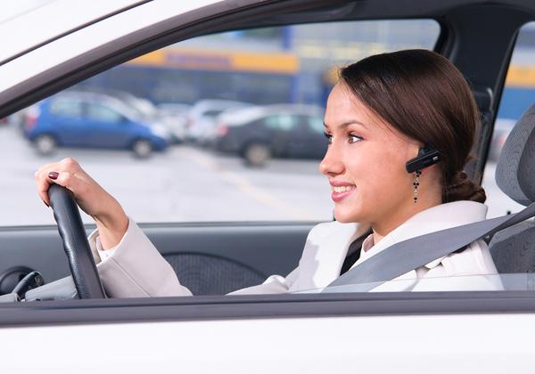 דיבורית - כשחייבים להשתמש רק באוזניה אחת - כן, כמובן, בעת נהיגה. צילום אילוסטרציה: BigStock