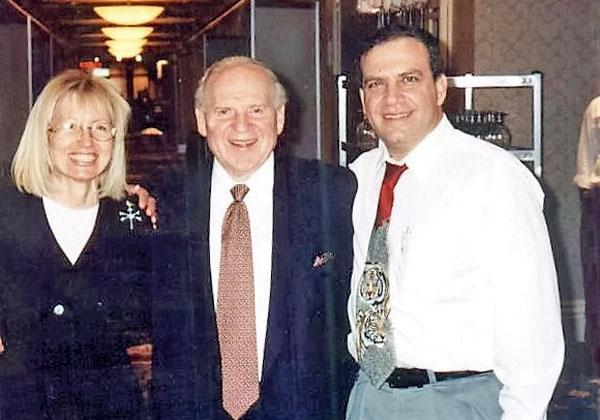 פלי הנמר (מימין) ושלדון ומרים אדלסון בתערוכת קומדקס