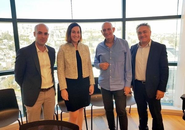 """מימין לשמאל: אבי לובטון, מנהל החטיבה הבינלאומית ברשות החדשנות, אהרון אהרון, מנכ""""ל רשות החדשנות, קארה ספראג, סגנית נשיא בכירה ומנכ""""לית יחידת שירותי היישומים ב-F5 Networks, וארן אראל, מנהל הפעילות של F5 בישראל, יוון וקפריסין. צילום: יח""""צ"""
