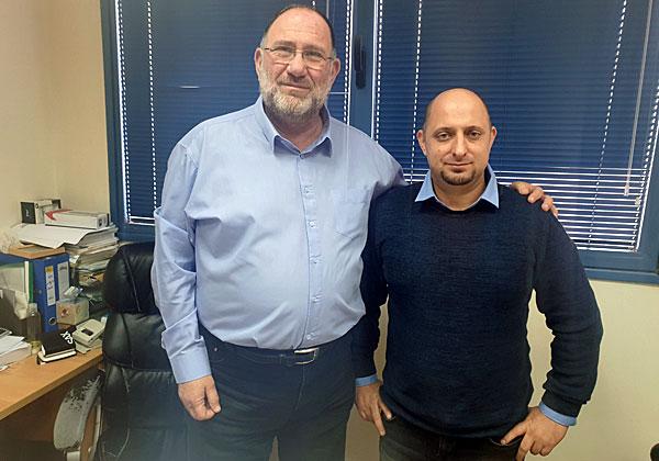 """מימין: בוריס מקסימוב, סגן מנהל אגף מחשוב ומערכות מידע בעיריית נתניה, וירון ריבו, מנהל האגף. צילום: יח""""צ"""