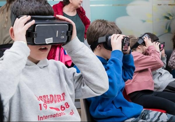 ילדי עובדי פיליפס ישראל מתנסים במציאות מדומה. צילום: ליאור שניידר
