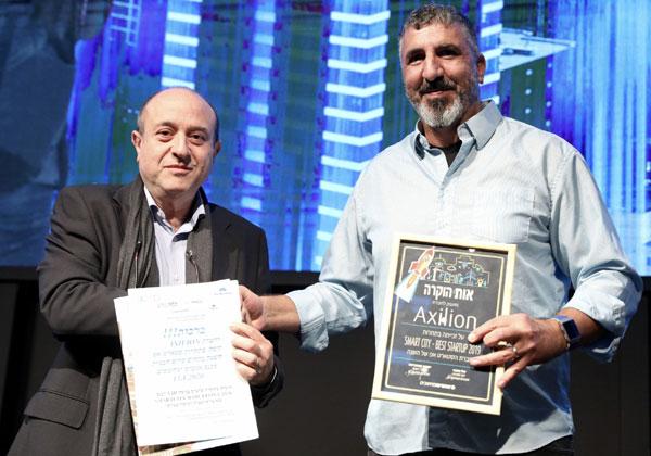 אילן ויצמן מאקסיליון מקבל את הפרס מסרג'יו ויניצקי, נציג פירה ברצלונה בישראל. צילום: ניב קנטור