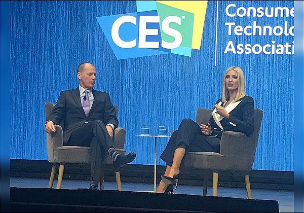 """איוונקה טראמפ, יועצת נשיא ארה""""ב ובתו, וגארי שפירו, נשיא איגוד יצרני הטכנולוגיה העולמי, בשיחה על הבמה המרכזית של CES 2020. צילום: אבי בליזובסקי"""