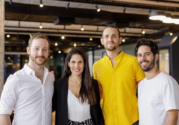 מימין: ליאור פרנקל, שותף בג'ולט, ושלושת מייסדי החברה - רועי דויטש, ניצן כהן ארזי ונדב לשם. צילום: עומר הכהן