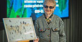 ז'ני רוזנשטיין, ניצולת שואה בת 84, שהציגה ומכרה את ציוריה במשרדי פייסבוק ישראל. צילום: ויקטור לוי