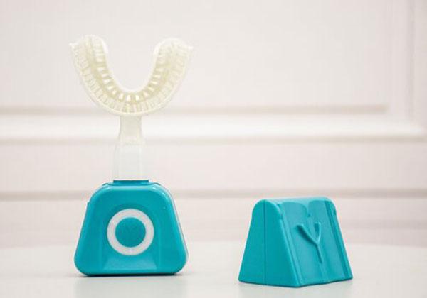 """דרך חדשה לנקות את השיניים. Y-Brush. צילום: יח""""צ"""