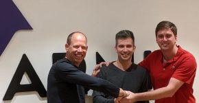 מימין: מייסדי ארמיס, נדיר יזרעאל ויבגני דיברוב, לצדו של גילי רענן, יו״ר ארמיס ומשקיע בה. צילום: הילה בר דוד