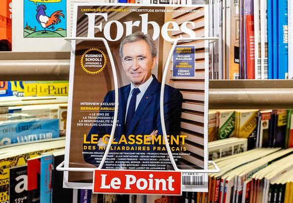 """ברנרד ארנו, מנכ""""ל ענקית מוצרי היוקרה LVMH, על שער המגזין פורבס מ-2018 כשהוכתר כאדם העשיר ביותר בצרפת. צילום אילוסטרציה: BigStock"""