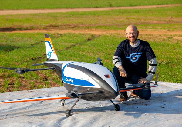 רן קליינר, מייסד גדפין, עם כלי הטיס Spirit One, שאותו תציג החברה בכנס אנשים ורחפנים הקרוב. צילום: גידי אבינרי