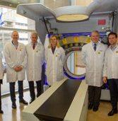 שרת הסחר של הולנד מבקרת במרכז הפיתוח והייצור של פיליפס בחיפה