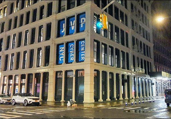 מרכז הסייבר הבינלאומי של ניו יורק בליל הפתיחה - השלט הגדול על הבניין המיועד, שניצב לו בפינת הרחובות קרוסבי וגרנד, באזור העכשווי – הסוהו של ניו-יורק. צילום: פלי הנמר