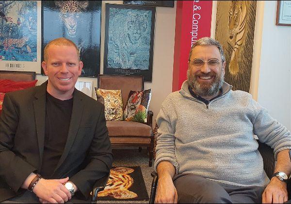 """מימין: אייל בר-אור, מייסד ומנכ""""ל חברת Safe-Zone הבינ""""ל; פיני לנגמן, יזם מולטי-דיספלינארי, המייסד ומנהל את אתר After IDF. צילום: פלי הנמר"""