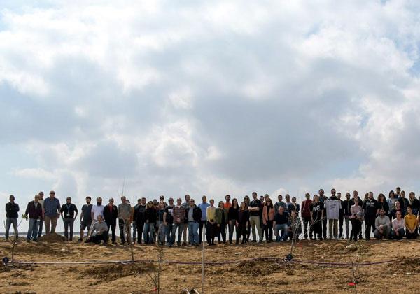 העובדים והשתילים שהם נטעו ליד פארק ההיי-טק גב ים נגב בבאר שבע. צילום: סרגיי קוסיאגין