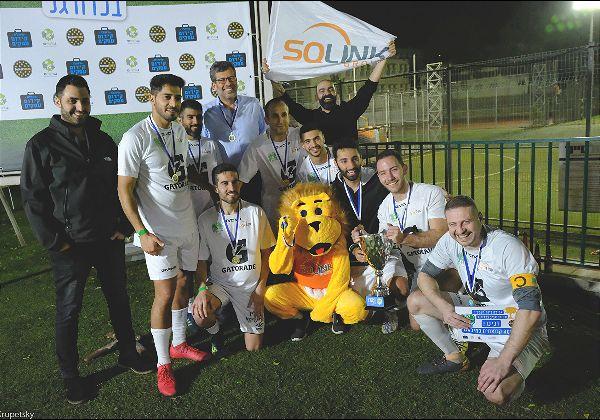 """שחקני נבחרת הקטרגל של SQLink חוגגים עם הגביע ועם המנכ""""ל, גלעד רבינוביץ. צילום: סטאס קרופצקי"""