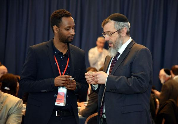 הרב אליהו דורדק, יזם ומייסד שנן לי, עם נציג שגרירות אתיופיה בישראל. צילום: יוגב כהן