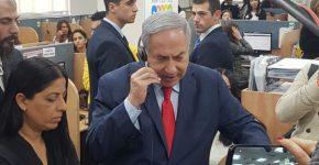 ראש הממשלה בנימין נתניהו משיב לשיחות במוקד. צילום: בזק אונליין