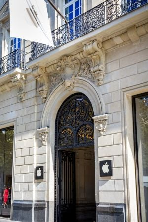 חנות אפל בפריז. צילום: BigStock