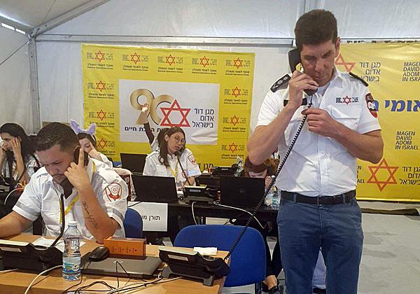 """מנכ""""ל מגן דוד אדום, אלי בין, עונה לשיחה במוקד של הארגון בקריית אונו, בזמן משבר הקורונה. צילום: אסי דובלינסקי, דוברות מד""""א"""