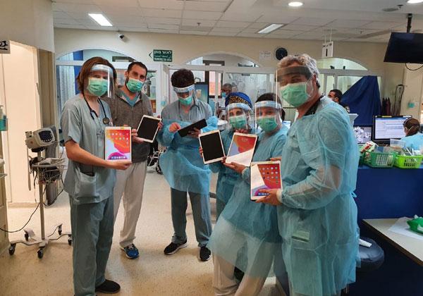 """אנשי רפואה בבית החולים שניידר עם אייפדים שתרמה פרטנר. צילום: יח""""צ"""