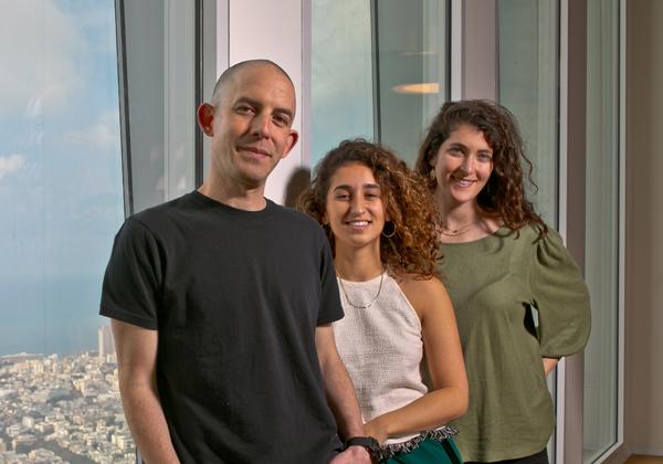 """מימין: סטפני הורוביץ - ניהול יצירת ערך, ענבר יעקבי - מנהלת תוכנית, ליאור ויצמן - מנהל הפעילות - SAP.iO Foundry Tel-Aviv. צילום: יח""""צ סאפ"""