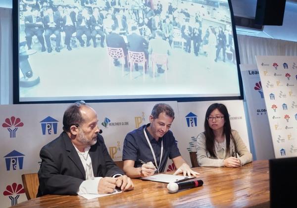 אירוע ההשקה של IP² LaunchPad. האירוע שודר באונליין סימולטנית ישראל-טייוואן. על מסך - הכנס שהתקיים בטייוואן, צופים בכנס בישראל ובטקס חתימה עם חברת EZMEMS המפתחת סנסורים חכמים וחתמה על הסכם עם TOPCO שעוסקת בתעשיית הייצור של מכשירי בקרה, אלקטרומדיקל, מדידה וניווט. צילום: נטי לוי