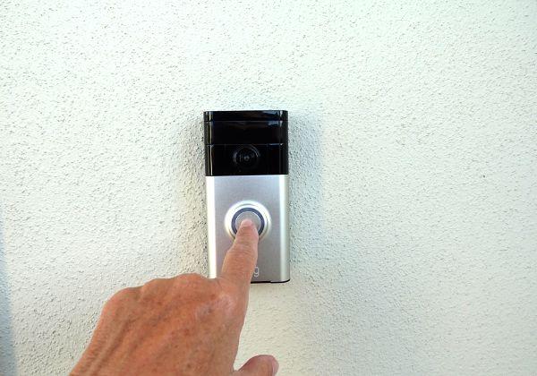 מגבירים את החשדנות נגד שחורים? פעמון ומצלמת רינג החכמים. צילום: BigStock