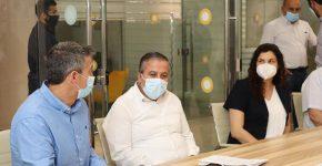"""משמאל: שר התקשורת, יועז הנדל, ראש עיריית כפר קאסם, עאדל בד'יר, ו רביטל דואק, מנכ""""לית משותפת, ארגון מצפן, בקליקה. צילום: חגי אורן"""