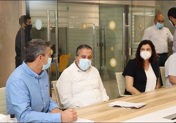 """משמאל: שר התקשורת, יועז הנדל, ראש עיריית כפר קאסם, עאדל בד'יר, ורביטל דואק, מנכ""""לית משותפת, ארגון מצפן, ב""""קאסם קליקה האב"""". צילום: חגי אורן"""
