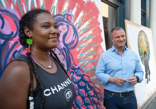 """אראל מרגלית, יו""""ר ומייסד קרן JVP, עם אחת מאומניות הגרפיטי שהציגו באירוע. צילום: שחר עזרן"""
