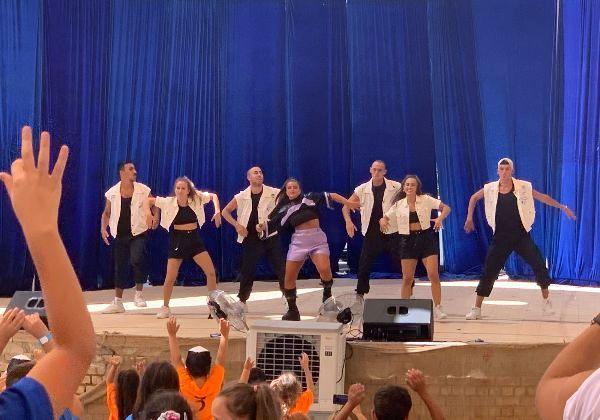 """נועה קירל בהופעה בקייטנת פלייטיקה קיץ 2020. צילום: יח""""צ"""