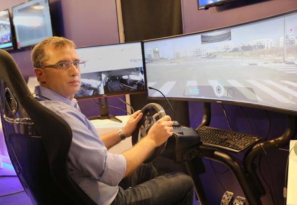 """רן גוראון, מנכ""""ל פלאפון, מתנסה בנהיגה מרחוק ברכב אוטונומי. צילום: רפי דלויה"""