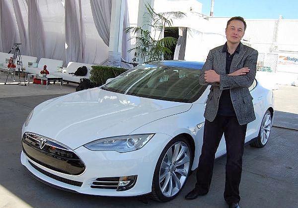 """אילון מאסק, מנכ""""ל ומייסד טסלה, ליד מכונית במפעל החברה בפרמונט. צילום שנחתך: מאוריציוס פסק, Wikimedia Commons"""