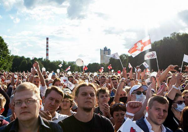 האמינו בשינוי ועכשיו מוחים. המוני בלארוסים בעצרת בחירות אופוזיציונית ללושנקו במינסק. צילום: BigStock