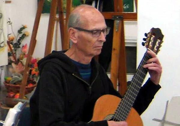 """צבי שחם ז""""ל בתנוחה אופיינית - עם הגיטרה. צילום: באדיבות המשפחה"""