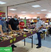 עובדי שניידר אלקטריק התנדבו בהכנת סלי מזון לנזקקים